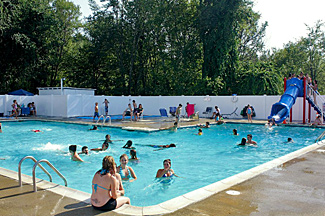 The swimming pool complex at Stateline Campresort & Cabins